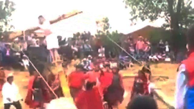 En viacrucis, se cae cruz con todo y actor (Video)