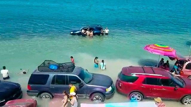 Llevaron sus carros a la playa, pero se les olvidó que la marea sube