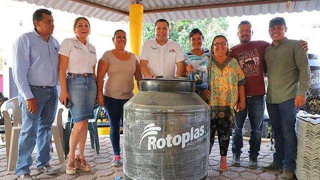 Apoya Sedesoh con láminas y tinacos a comunidades de Apatzingán