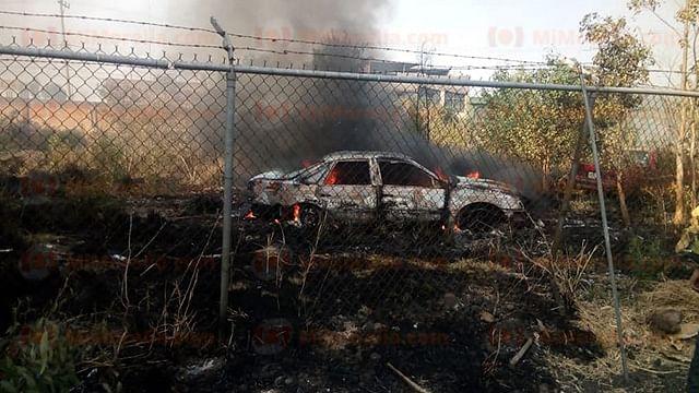 Arden dos vehículos por quema de pastizal en Zacapu