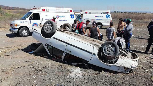 Se vuelca automóvil y quedan heridas tres personas