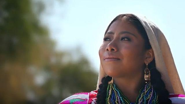 Yalitza presume sus raíces, enfundada en vestido típico de Oaxaca (Video)