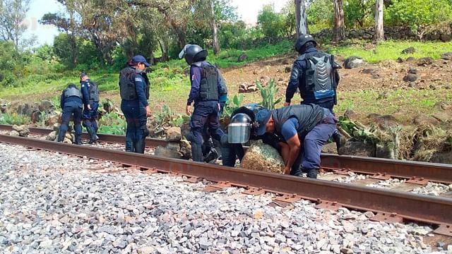 """Normalistas bloquean las vías del tren en """"Tiri""""; Policía Michoacán desaloja de vialidad"""