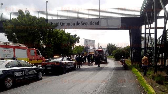 Hombre cae de puente peatonal del Libramiento; queda malherido
