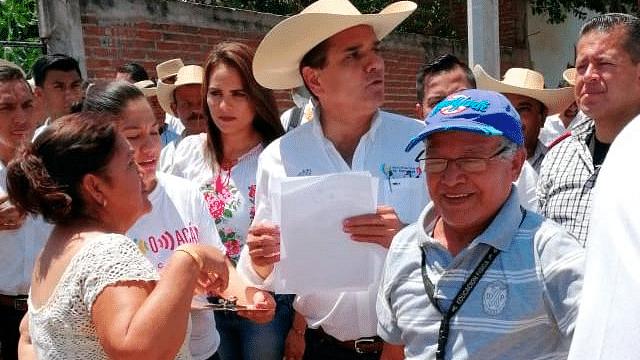 Gobierno Estatal entrega viviendas a 50 familias de Huetamo