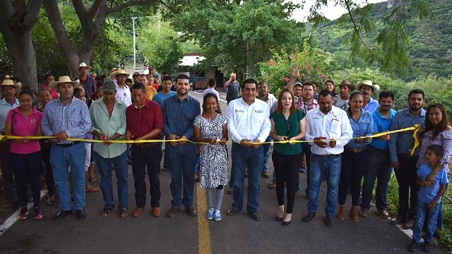 Se realizó la inauguraron de la carretera que conduce a la localidad de El Ranchito, acompañados de regidores y funcionarios municipales (Foto Cortesía)
