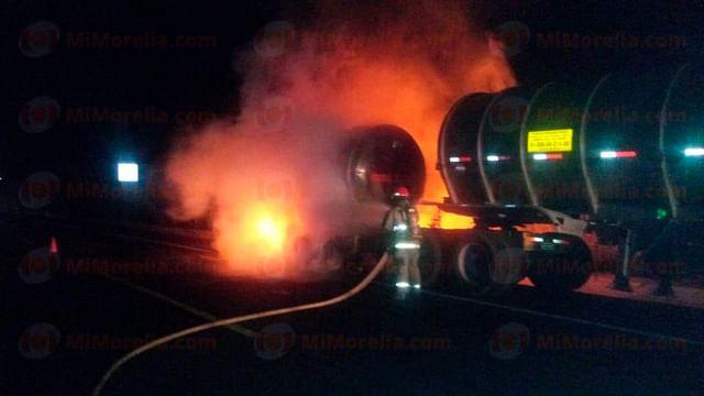 Se incendia pipa con turbosina en la Siglo XXI