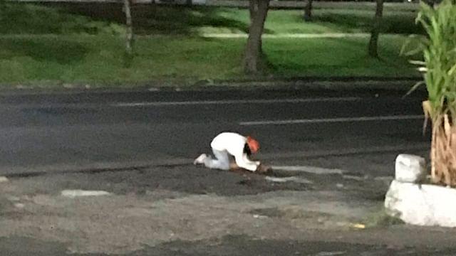 Se llama Raúl el indigente que llora desconsolado la muerte de su perrito, en Morelia