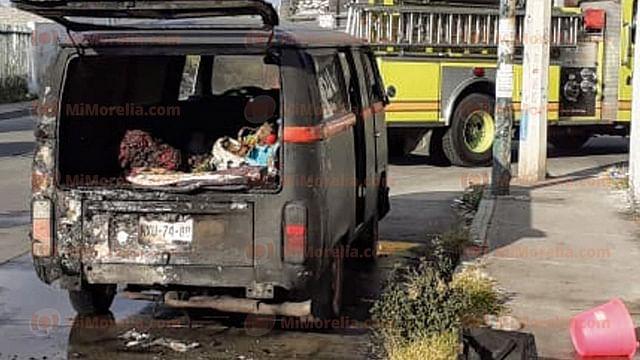 Se incendia un vehículo en la colonia Wenceslao Victoria, en Morelia