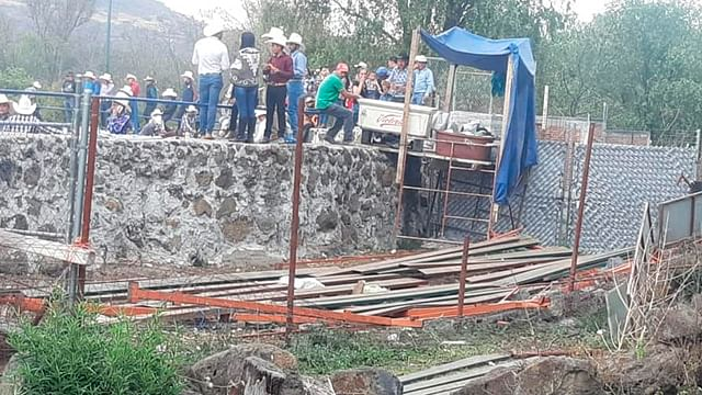 En pleno jaripeo, se derrumban las gradas de la plaza de toros de Chiquimitio