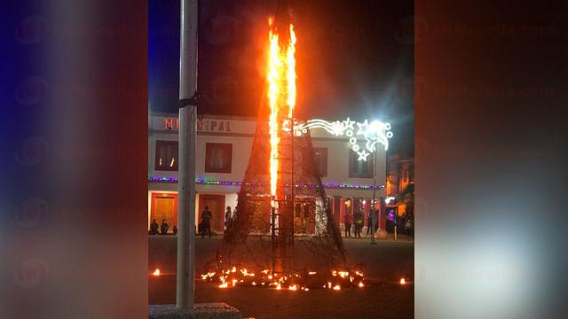 Por pirotecnia, se incendia árbol navideño gigante, ahora en Coalcomán, Michoacán