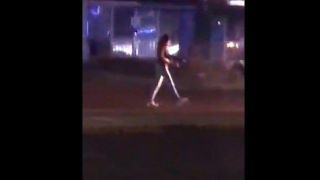 Mujer roba fusil a policía municipal y dispara (Videos)