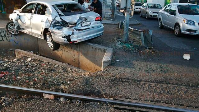 Automóvil es embestido por el tren, en Morelia