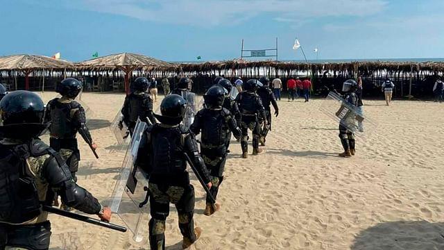 Elementos de la Marina desalojan a turistas en playa de Guerrero