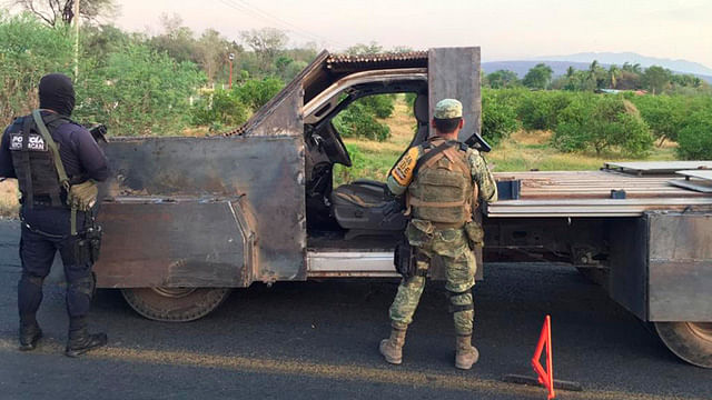 Aseguran vehículo con blindaje artesanal en El Charapo, Aguililla