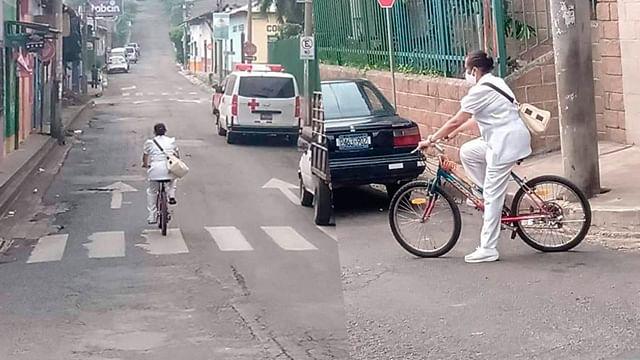 Viralizan a enfermera de 62 años de edad que se va a su trabajo en bicicleta