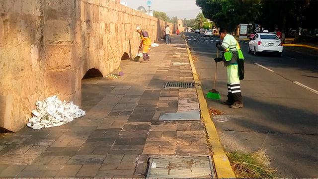 En Morelia, realizan intensa limpieza de coladeras en el Acueducto