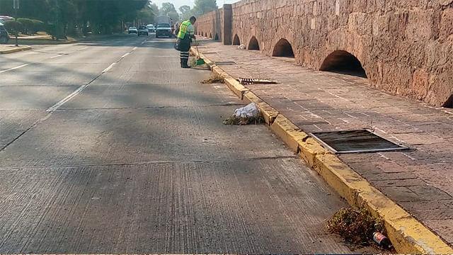 Los trabajadores municipales hicieron énfasis en el tramo que ocupa el colonial inmueble del Acueducto de Morelia, uno de los más importantes de todo el país (Foto Cortesía)
