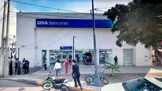 Colocan cinturón de explosivos a empleada de banco para robar 10 mdp