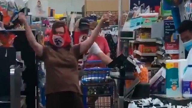 Walmart veta a pareja por el diseño de sus cubrebocas