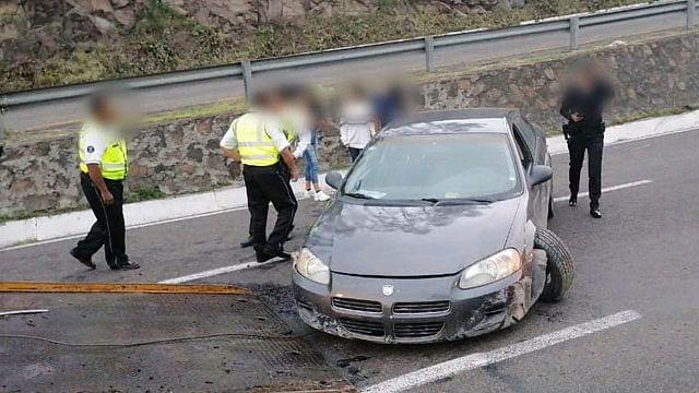 Automóvil choca contra muro de contención en la Morelia-Salamanca