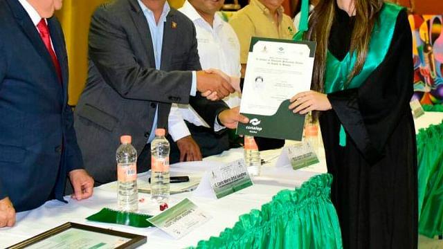 Así puedes solicitar la beca de titulación Elisa Acuña y recibir 4 mil pesos