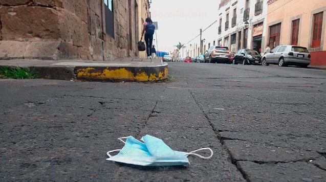 Estiman que familias tiran hasta 8 cubrebocas por semana, en Michoacán