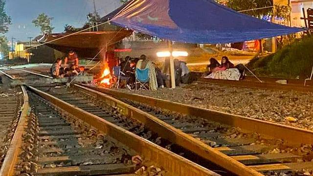 Varados en Michoacán, 14 trenes por bloqueos de CNTE y normalistas