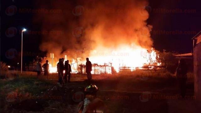 Se incendian al menos cuatro casas de madera en Morelia