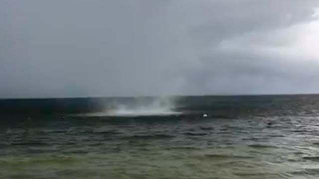 Tromba marina sorprende a turistas en Cancún