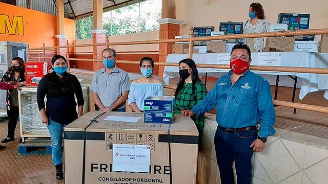 Empresarios de Ziracuaretiro reciben equipo para fortalecer sus negocios