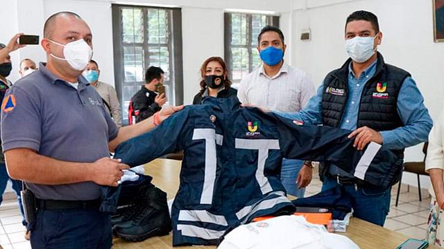 Entrega Miguel Paredes uniformes a Protección Civil de Uruapan
