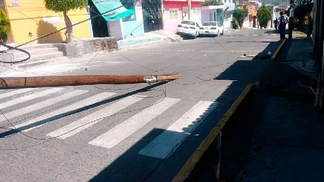 Automóvil choca contra poste de Telmex y lo derriba, en Morelia