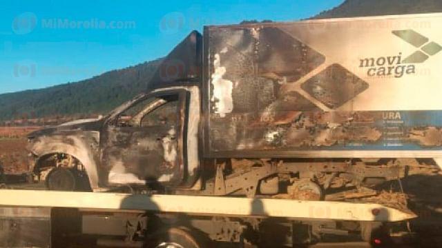 Normalistas y comuneros incendian vehículos en la Nahuatzen-Arantepacua