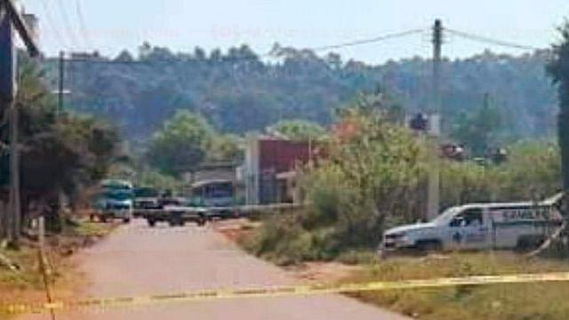 Dos cadáveres son localizados en cajuela de taxi, en Michoacán