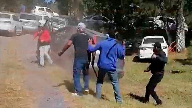 Maestros se enfrentan con palos y piedras en la Meseta Purépecha