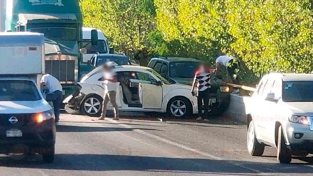 Chocan tres vehículos en el periférico de Morelia; hay 3 heridos