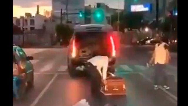 Se cae ataúd de carroza fúnebre en movimiento