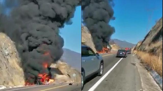 Se incendia tráiler tras impactarse sobre la autopista Siglo XXI