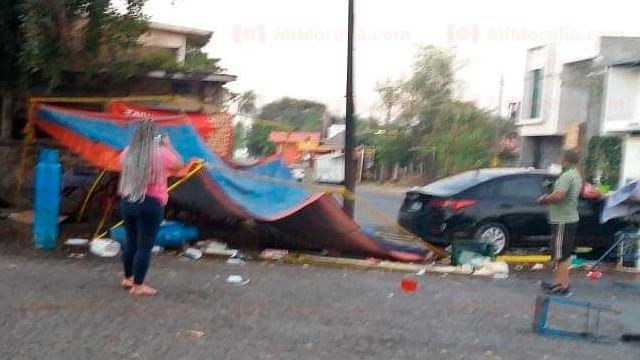 Auto se va contra puesto de tacos, en Michoacán