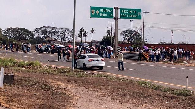 Michoacán: bloquean comuneros carretera Uruapan-Lázaro Cárdenas