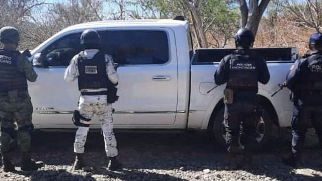 Tras tiroteo, autoridades aseguran camionetas, un arma y mariguana
