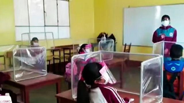 Maestra invierte su sueldo en cubículos anticovid para sus alumnos