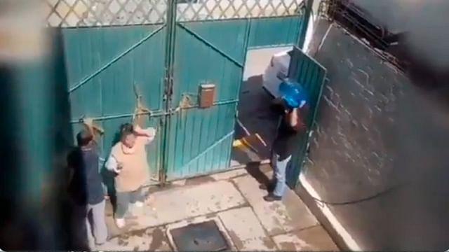 Captan otra agresión de hijo a su madre; le avienta un garrafón