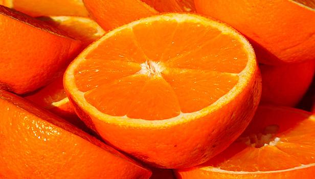 Para ahorrar, se comen 30 kilos de naranjas en menos de media hora