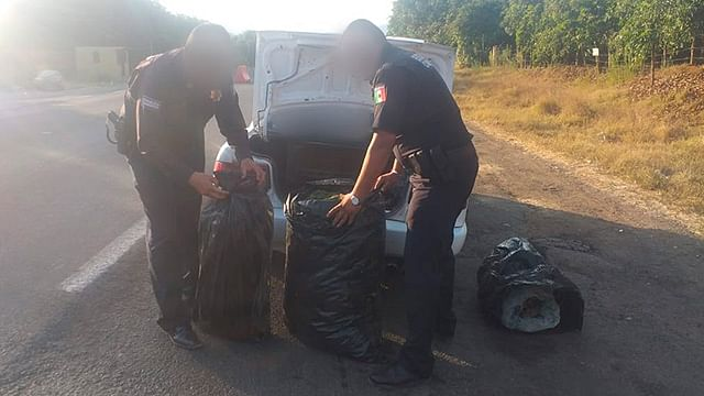 Detienen a 2 mujeres que viajaban con 32 kilos de marihuana, en Uruapan