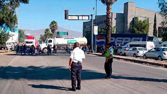 Con una pipa de gasolina, normalistas bloquean Periférico de Morelia