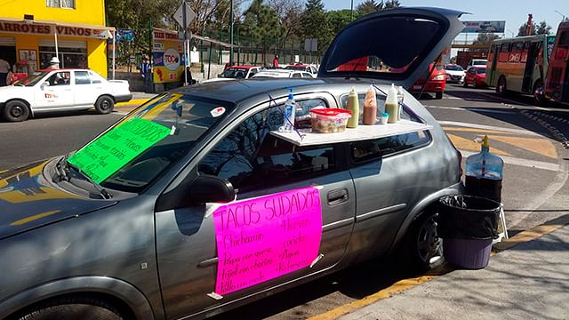 Joven de Morelia adapta su auto para vender tacos