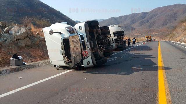 Tráiler que transportaba gasolina vuelca en la Siglo XXI en Michoacán