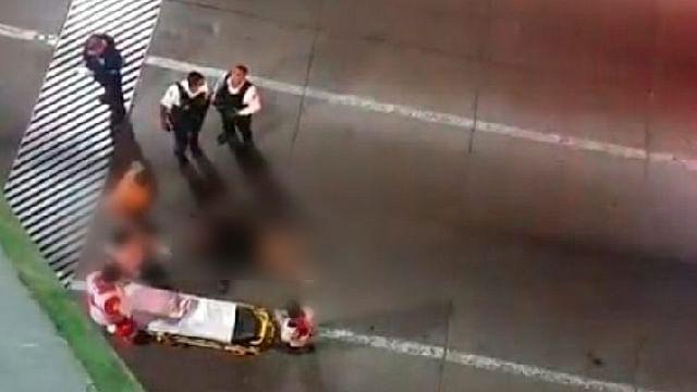 Joven mujer cae de un puente peatonal de Morelia y queda herida